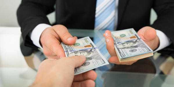 Какой рукой отдавать деньги
