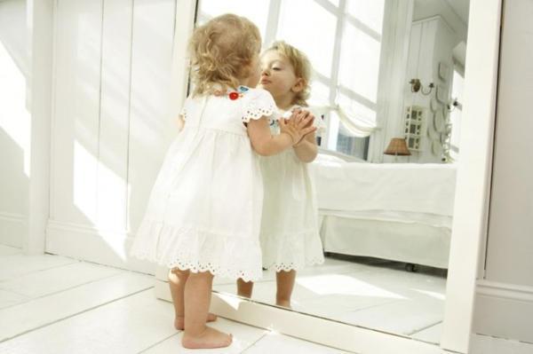 почему младенцам нельзя смотреть в зеркало