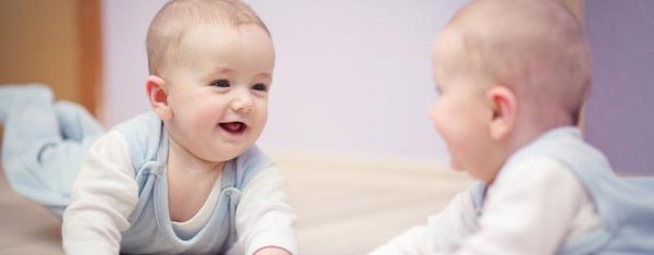 Почему говорят, что младенцам нельзя смотреть в зеркало