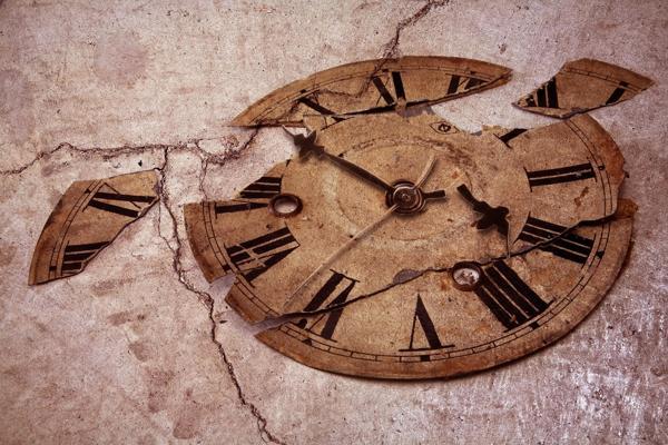часы упали со стены