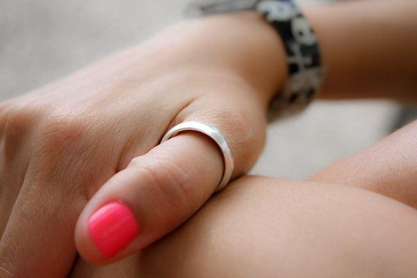 на каком пальце носят кольцо