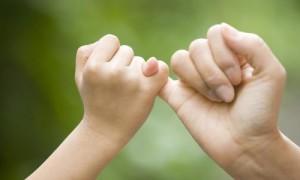 К чему чешется мизинец на правой или левой руке