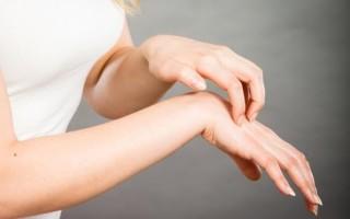 К чему готовиться, если чешется правая или левая рука