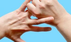 Почему чешется безымянный палец на правой руке?