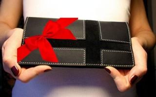 Как дарить кошелек – народные приметы
