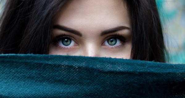 К чему чешется правый глаз: приметы по дням недели