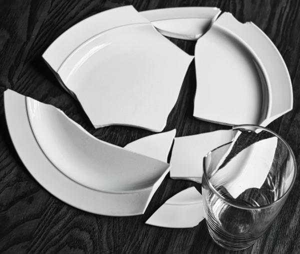 разбитая на много частей тарелка