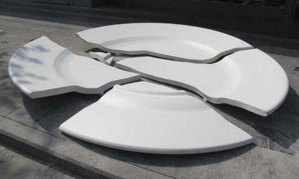 разбитая на 4 части тарелка