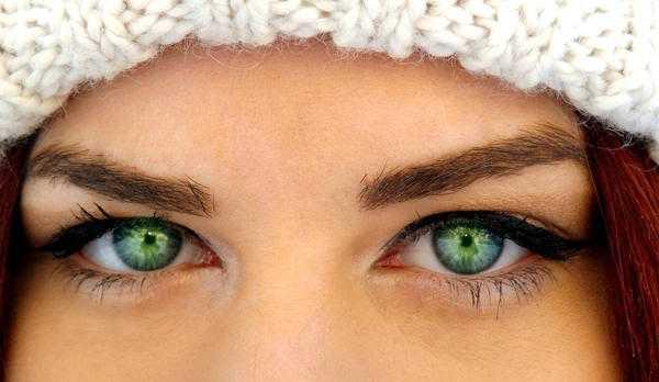 чесание глаза слева
