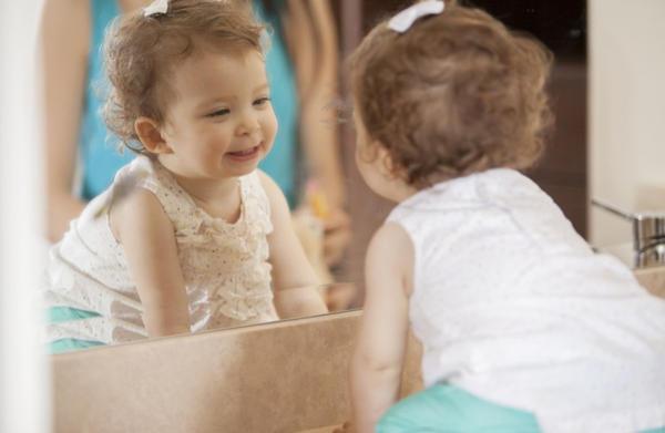 Мнение психологов, можно ли детям смотреть в зеркало