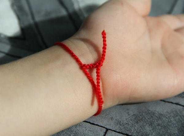 Для чего красную нить носят на руке