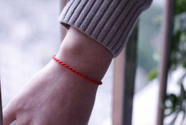 На какой руке правильно носить красную нить