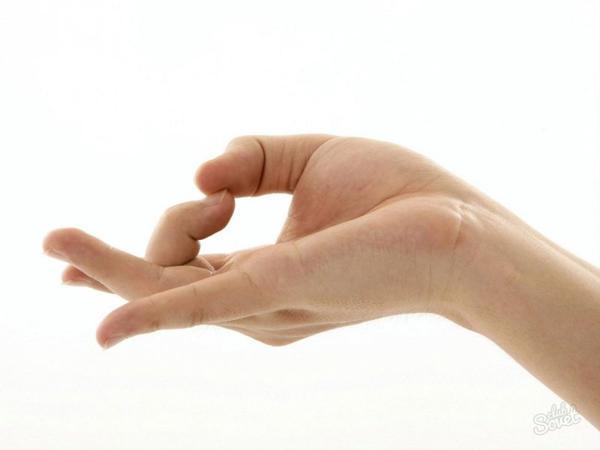 К чему чешется средний палец на правой или левой руке