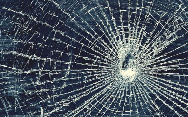 Повреждение окна автомобиля