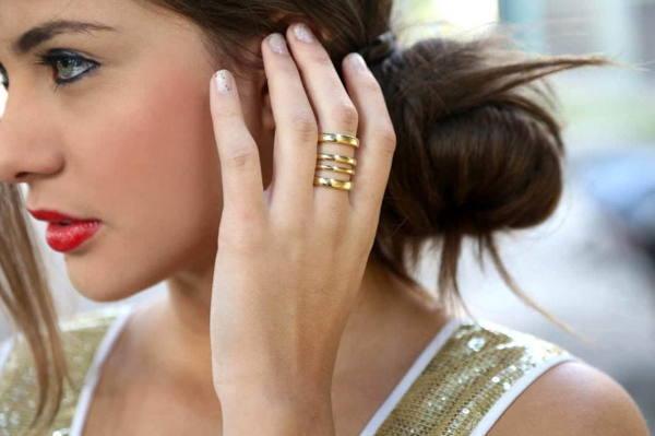 кольцо на среднем пальце у девушки