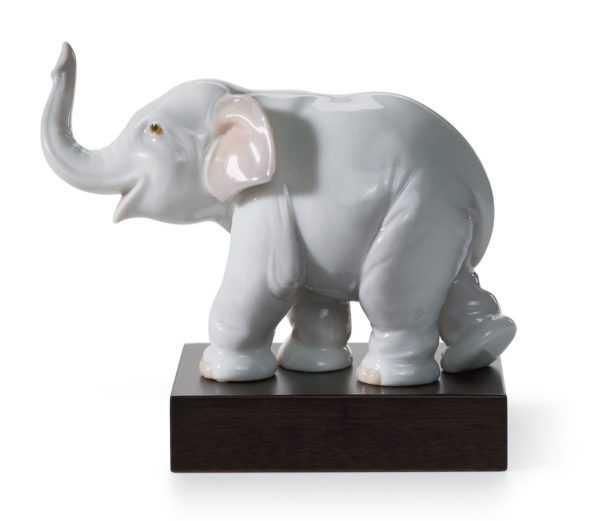 Талисман слона с поднятым хоботом
