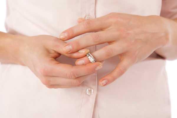 Женщина меряет обручальное кольцо