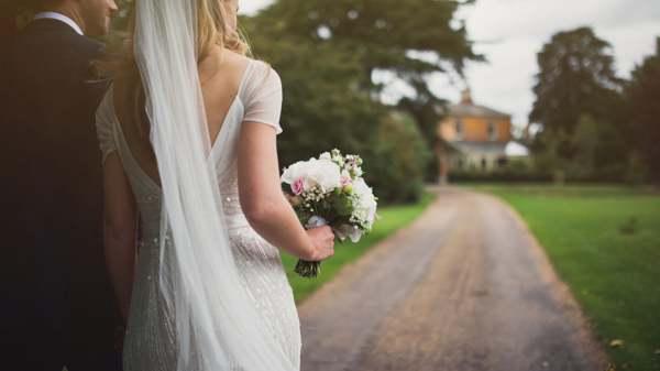 к чему снится свадебное платье на себе замужней